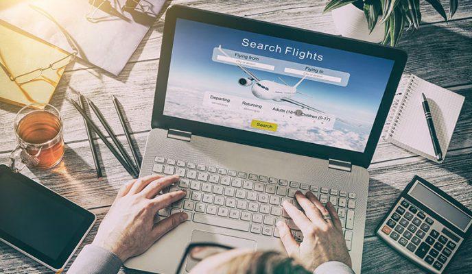 مسافر در حال چک کردن قیمت بلیط هواپیما