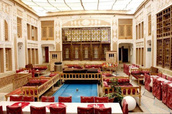 هتل ملک التجار یکی از هتل های نزدیک به مجموعه خان